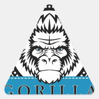 Divertido salvaje de la cara del mono del gorila pegatina triangular