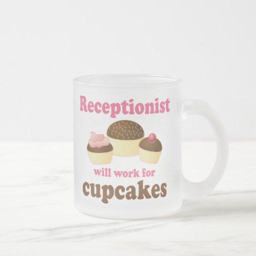 Divertido trabajará para el recepcionista de las m taza de café