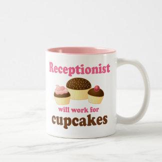Divertido trabajará para el recepcionista de las taza de café de dos colores