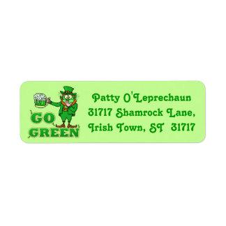 """Divertido """"va"""" el Leprechaun de consumición verde Etiquetas De Remite"""