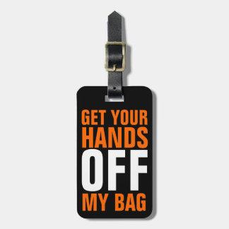 Divertidos anaranjados bajan de sus manos etiqueta de equipaje