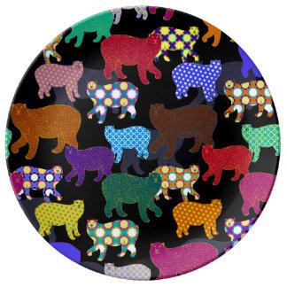 Divertidos multicolores refieren la placa negra de platos de cerámica