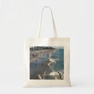 Divertirse en el lago digno de bolso de la playa