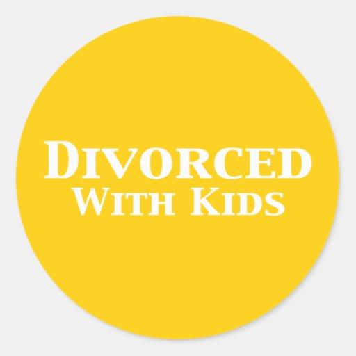 Divorciado con los regalos de los niños pegatina redonda