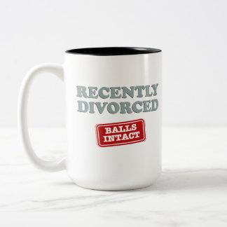 Divorciado recientemente, bolas intacto taza de café de dos colores
