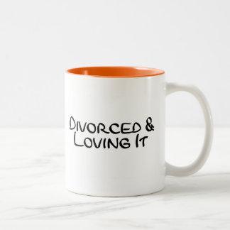 Divorciado y amándolo taza de dos tonos