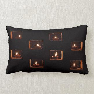 Diwali mira al trasluz la almohada de encargo