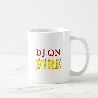 DJ en el fuego Taza Básica Blanca