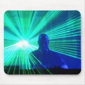 DJ en el mousepad de las cubiertas