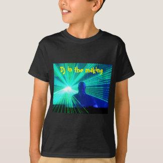 DJ en la camiseta de los niños de las cubiertas