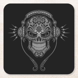DJ gris y negro azucara el cráneo
