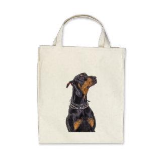 Doberman con el bolso disimulado de la mirada bolsas