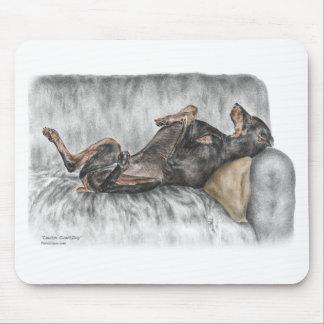 Doberman divertido en el sofá alfombrilla de raton