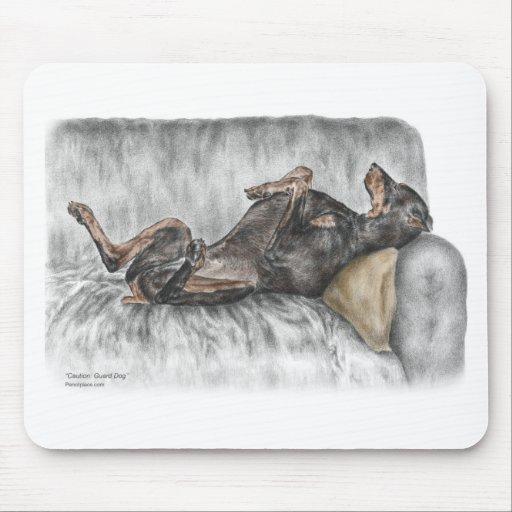 Doberman divertido en el sofá alfombrillas de ratón