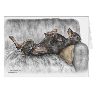 Doberman divertido en el sofá tarjeta de felicitación