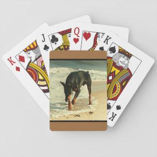 Doberman en la imagen de la pintura de la playa barajas de cartas