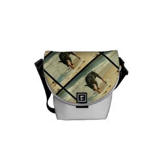 Doberman en la imagen de la pintura de la playa bolsas de mensajería
