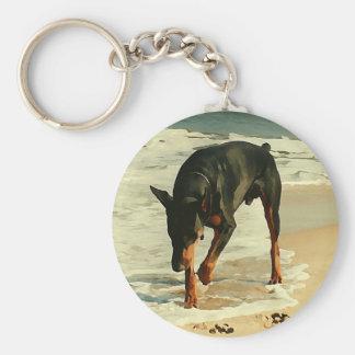 Doberman en la imagen de la pintura de la playa llavero redondo tipo chapa