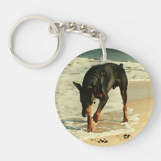 Doberman en la imagen de la pintura de la playa llavero redondo acrílico a una cara