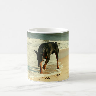 Doberman en la imagen de la pintura de la playa taza de café