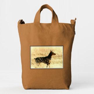 Doberman en las cañas secas que pintan imagen bolsa de lona duck
