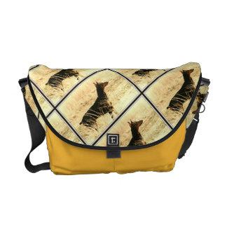 Doberman en las cañas secas que pintan imagen bolsas de mensajeria