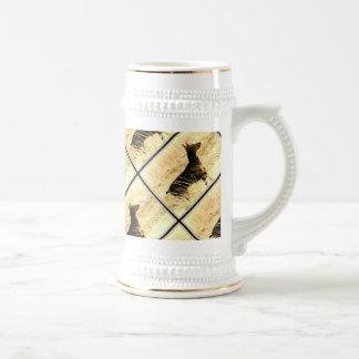 Doberman en las cañas secas que pintan imagen jarra de cerveza