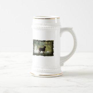 Doberman que pasa por alto un lago tazas de café