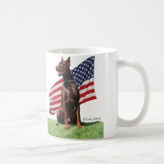 Dobermann rojo y bandera tazas de café