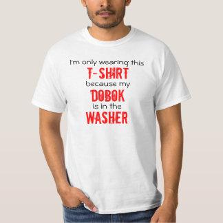 Dobok en la camiseta del Taekwondo de la lavadora