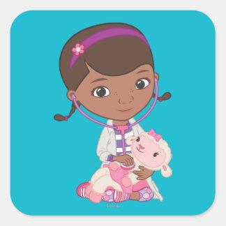 Doc McStuffins que sostiene Lambie Pegatinas Cuadradases Personalizadas