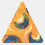Doce crecientes negros en el cielo anaranjado pegatina triangular