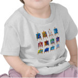 Doce mini pinturas en los caballetes aislados en camiseta