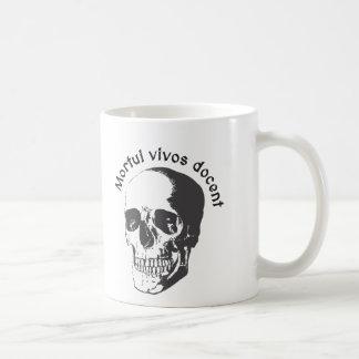 Docent de los vivos de Mortui - los muertos Taza Básica Blanca