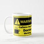 Doctor amonestador del cafeína taza de café