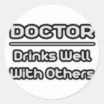 Doctor… bebidas bien con otras pegatinas redondas