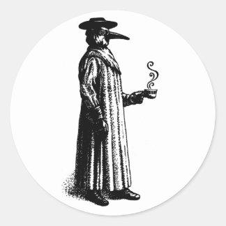 Doctor de la plaga con un Cuppa caliente Pegatina Redonda