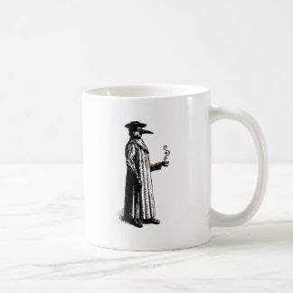 Doctor de la plaga con un Cuppa caliente Tazas