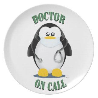 Doctor en pingüino de la llamada plato de comida