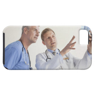 Doctor explaining X-ray to male nurse iPhone SE/5/5s Case