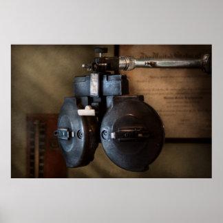 Doctor - optometría - un viejo phoropter posters