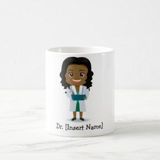 Doctor oscuro lindo personalizado de la hembra de taza básica blanca