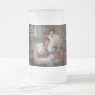 Doctor - pediatra - del corazón 1942 taza de cristal
