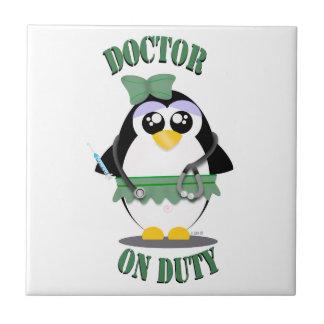 Doctor pingüino de servicio (femenino) azulejo cuadrado pequeño