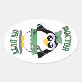 Doctor pingüino de servicio (femenino) pegatinas de oval