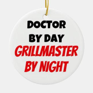 Doctor por el día Grillmaster por noche Adorno Redondo De Cerámica