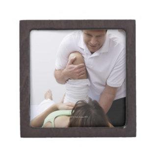 Doctor que aplica el tratamiento al paciente cajas de recuerdo de calidad
