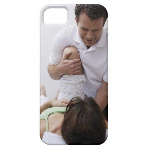 Doctor que aplica el tratamiento al paciente iPhone 5 funda