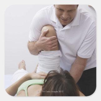 Doctor que aplica el tratamiento al paciente pegatina