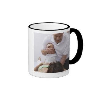 Doctor que aplica el tratamiento al paciente taza de café